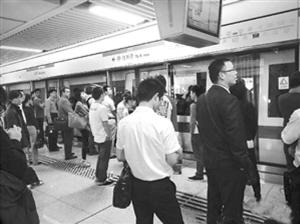 11月2日,深圳地铁登良站往新秀方向的站台聚集了大量乘客。当时,乘客已两次因故障下车。